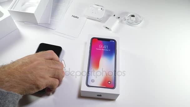 Muž rozbalení nejnovější Apple iphone X 10