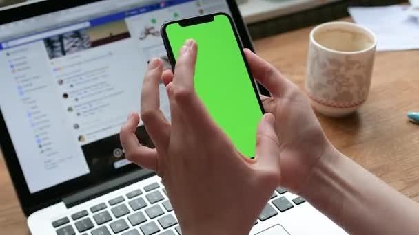 Žena testování nové Apple iphone X 10