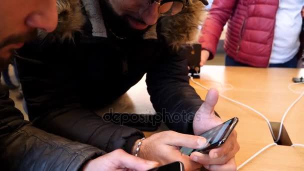 Žena ruce s novým iPhonem X