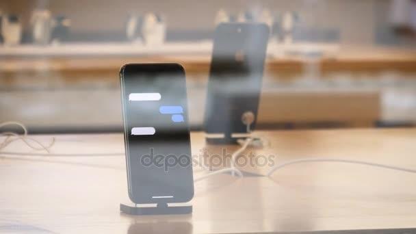 Apple iphone X v Apple Store