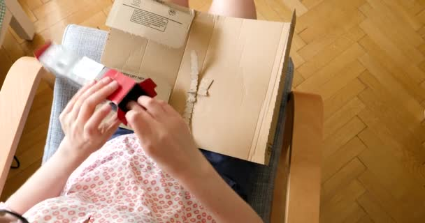 Nézd meg felülről nő kicsomagolás fehér karton doboz