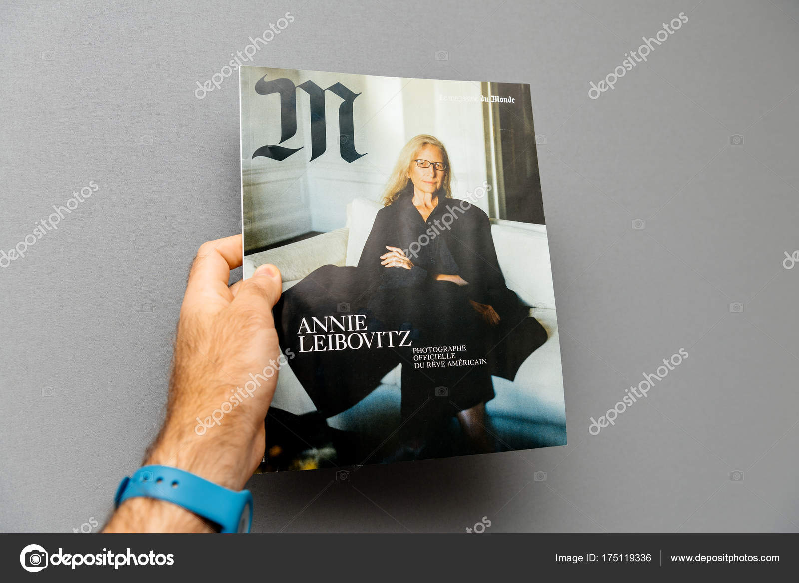 Man holding M Magazine le monde with Anne Leibovitz – Stock