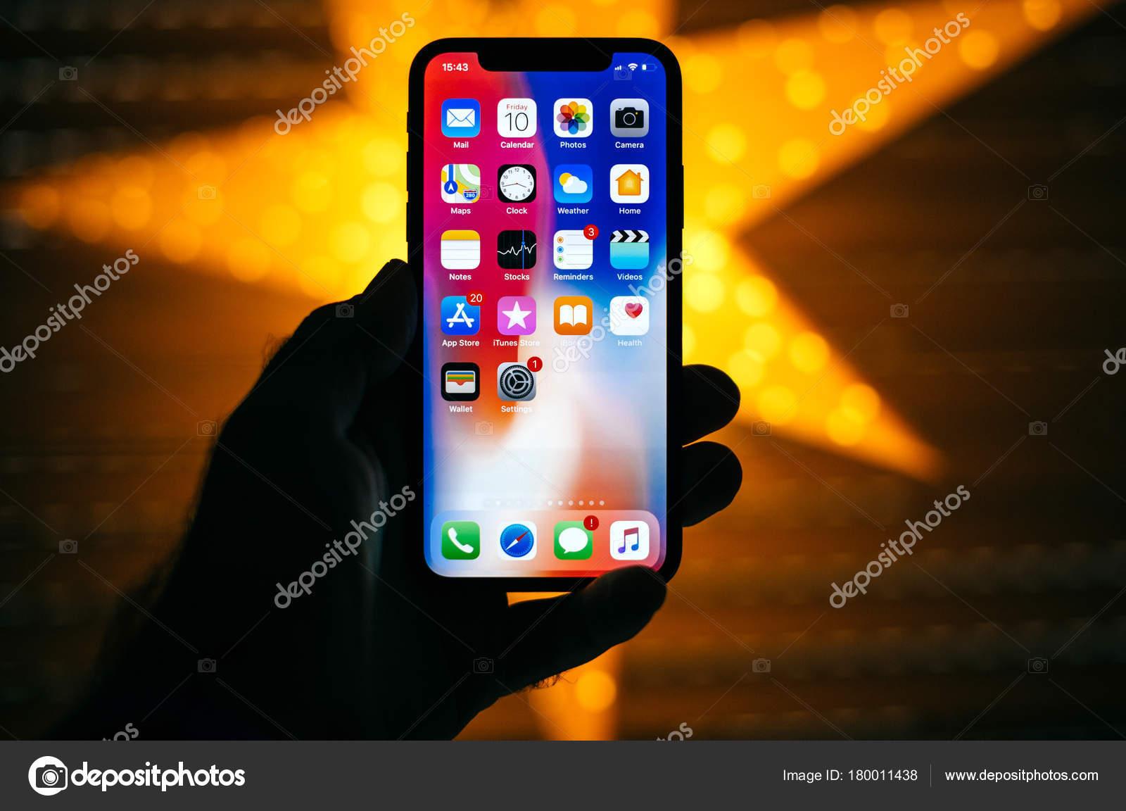 Homme Tenant Le Nouveau Apple Iphone Affichage 10 X Avec L