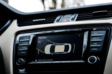 Car display showinng the maneuver of the parking sensors