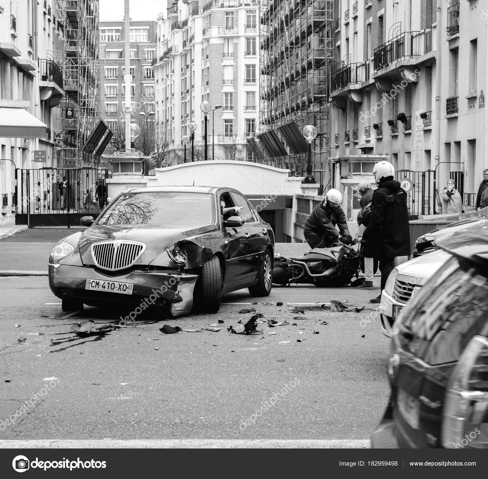 accident de voiture sur la rue de paris entre la limousine de luxe lancia th photo ditoriale. Black Bedroom Furniture Sets. Home Design Ideas