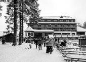 Wintertag mit Schnee mit Menschen, die zu Fuß in Richtung Mummelsee See