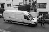 Dodávka DHL na ulici s kurýrem do žluté van
