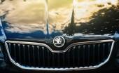 Štrasburk, Francie – 27. června 2015: Čelní pohled modré nové Škoda Octavia auto zaparkované na ulici