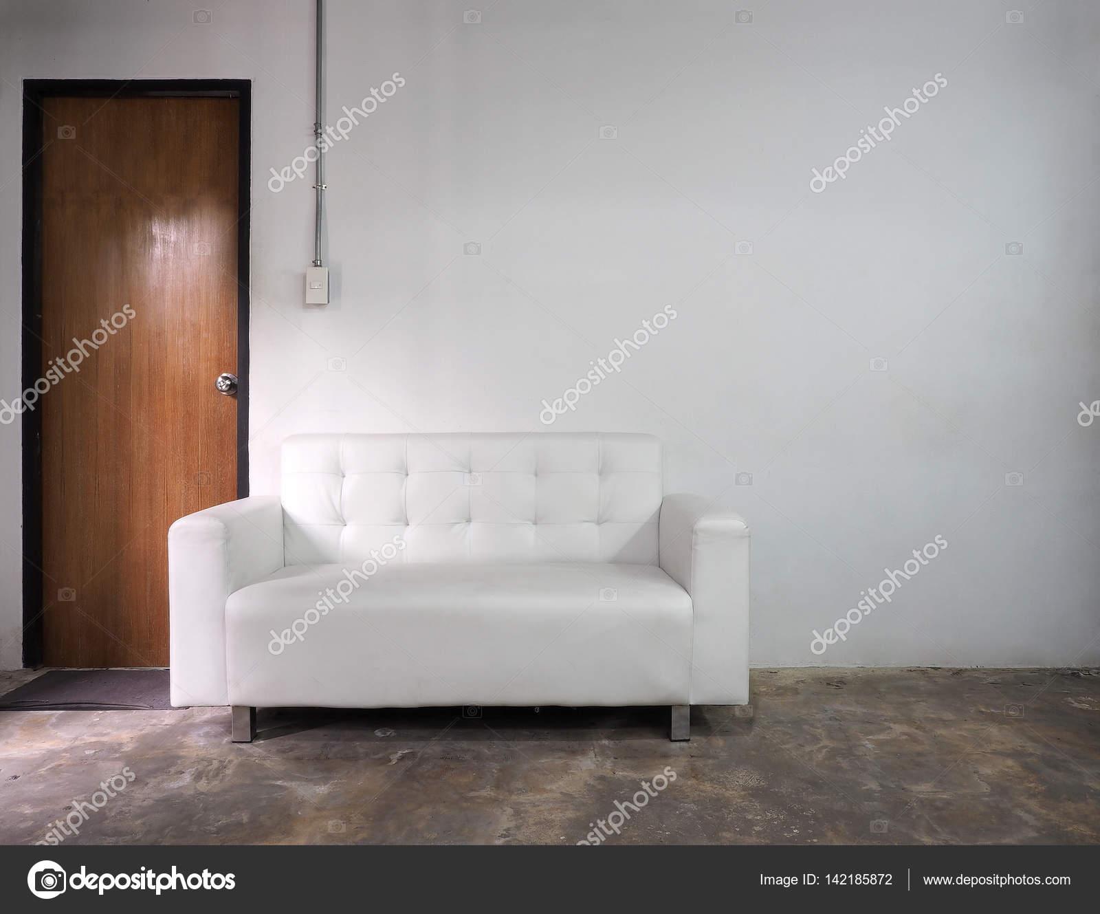Salotto In Pelle Bianca.Dotato Di Vecchio Muro Di Bianco E Divano In Pelle Bianca Foto