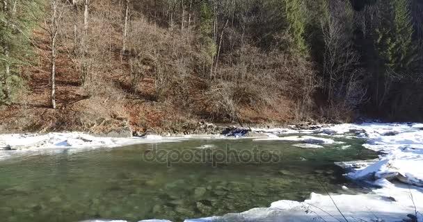 Horská řeka probudí po režimu spánku