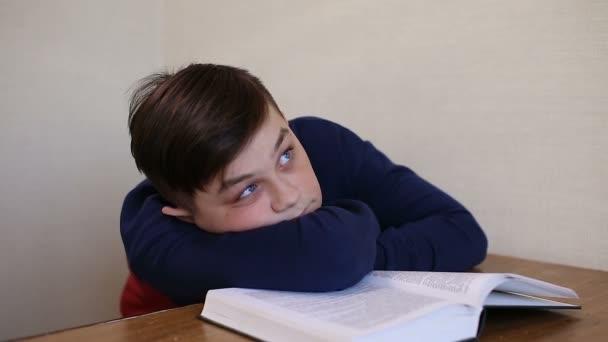 fiú álmai olvasás közben egy könyvet