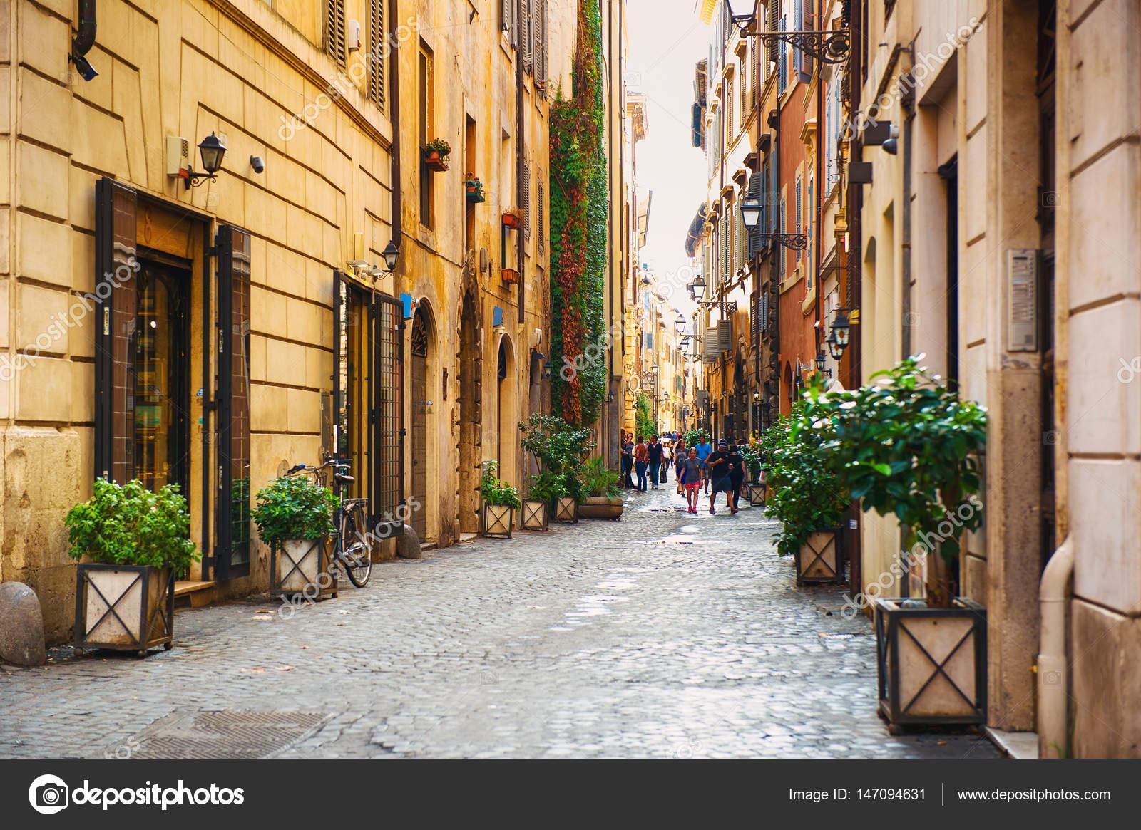 Turistas passeando ao longo da Via dei Coronari em Roma — Fotografia de  Stock 703f5780f0f4b
