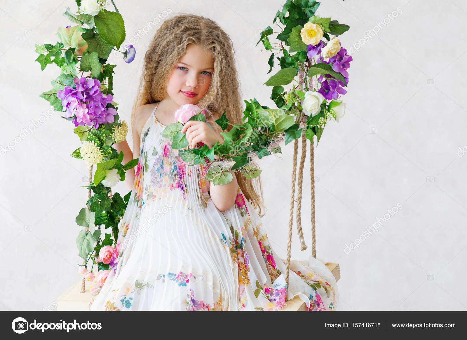 Schöne Mädchen auf einer Schaukel Blume — Stockfoto © zoiakostina ...