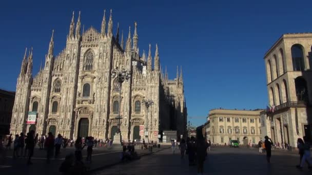 Milano - Italia, CA. 2016, bella Cattedrale del Duomo al tramonto con la luce solare arancia a Milano, facciata di pietra miliare di giorno, 50fps, tempo reale