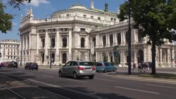 Wien, Österreich - 16. Mai: Die Ringstraße ist eine der Hauptstraßen mit dem Burgtheater und der roten Straßenbahn. Wien ist die Nummer eins in der Welt, was die Lebensqualität in Hunderten von Städten angeht.