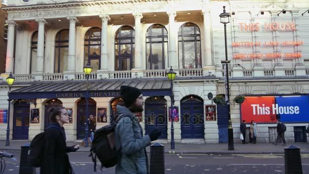 Londýn, Velká Británie. Dne 21. Křižovatky Charing Cross Road a Cranbourne Street, přímo naproti náměstí Leicester Square. Lidé chodí po ulici v sunset.ultra hd 4k
