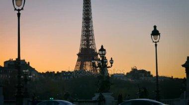 Paříž Francie - cca 2017: most Pont Alexandre Iii s Eiffelovou věží v pozadí v západu slunce, ultra hd 4k
