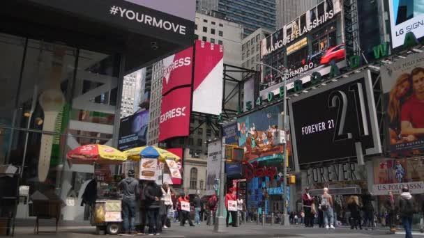 New York City, Usa - 09 června 2017: Turisté chodit v The slavné Times Square v Manhattanu, automobilové dopravy, vedl znamení, přeplněné New York City, žluté Taxi Cab, Ultrahd 4k