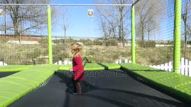 dítě hrající v trampolína slowmotion