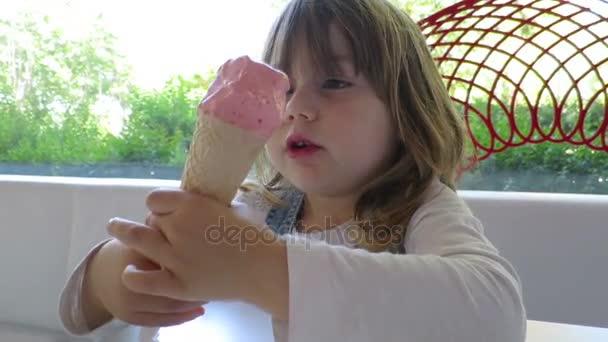 malé dítě jíst kužel zmrzliny