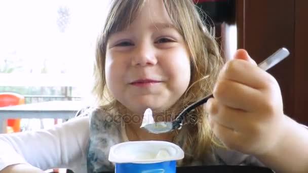 malé dítě jíst jogurt
