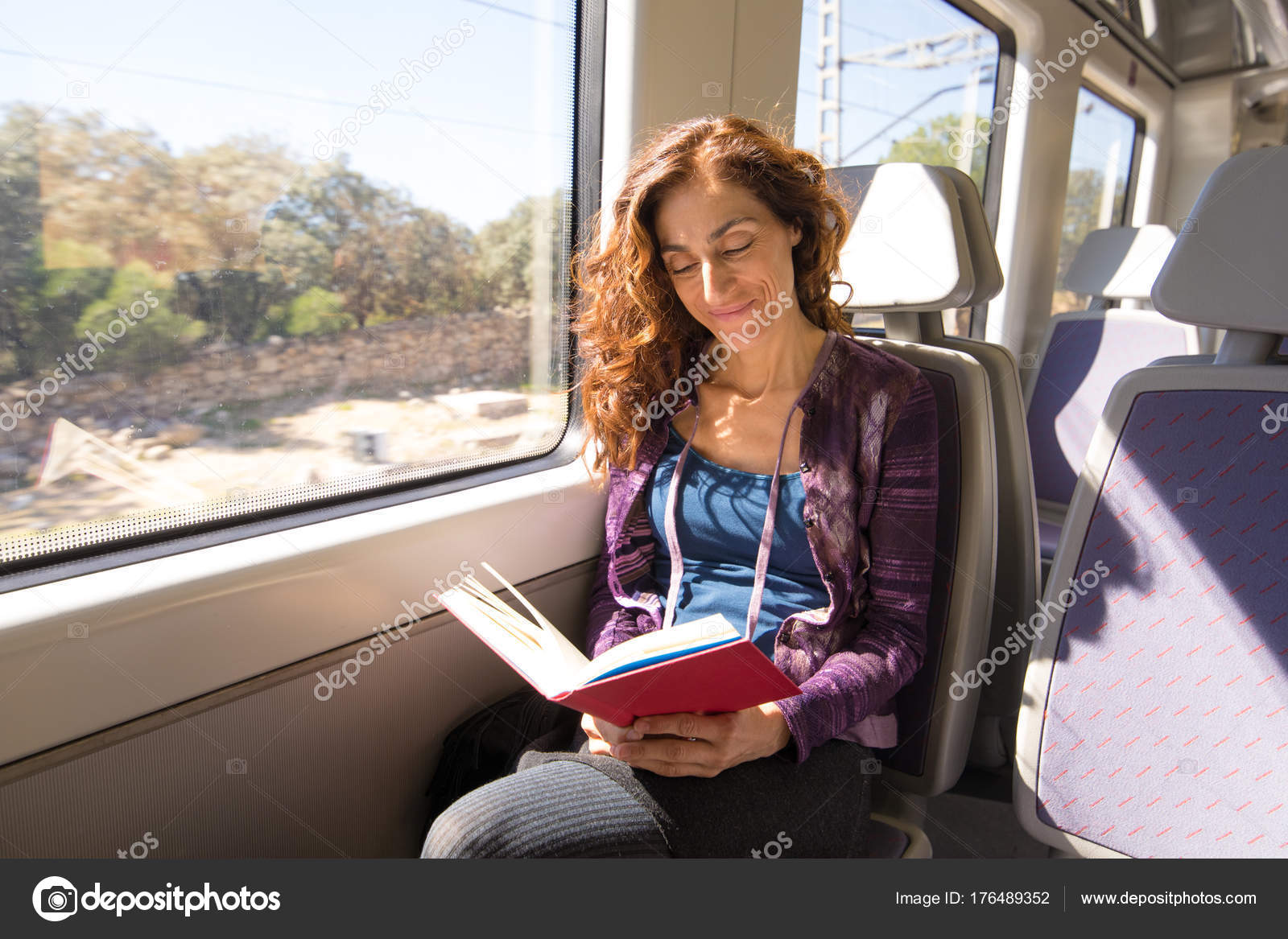 Mujer Feliz En Tren Leyendo Libro