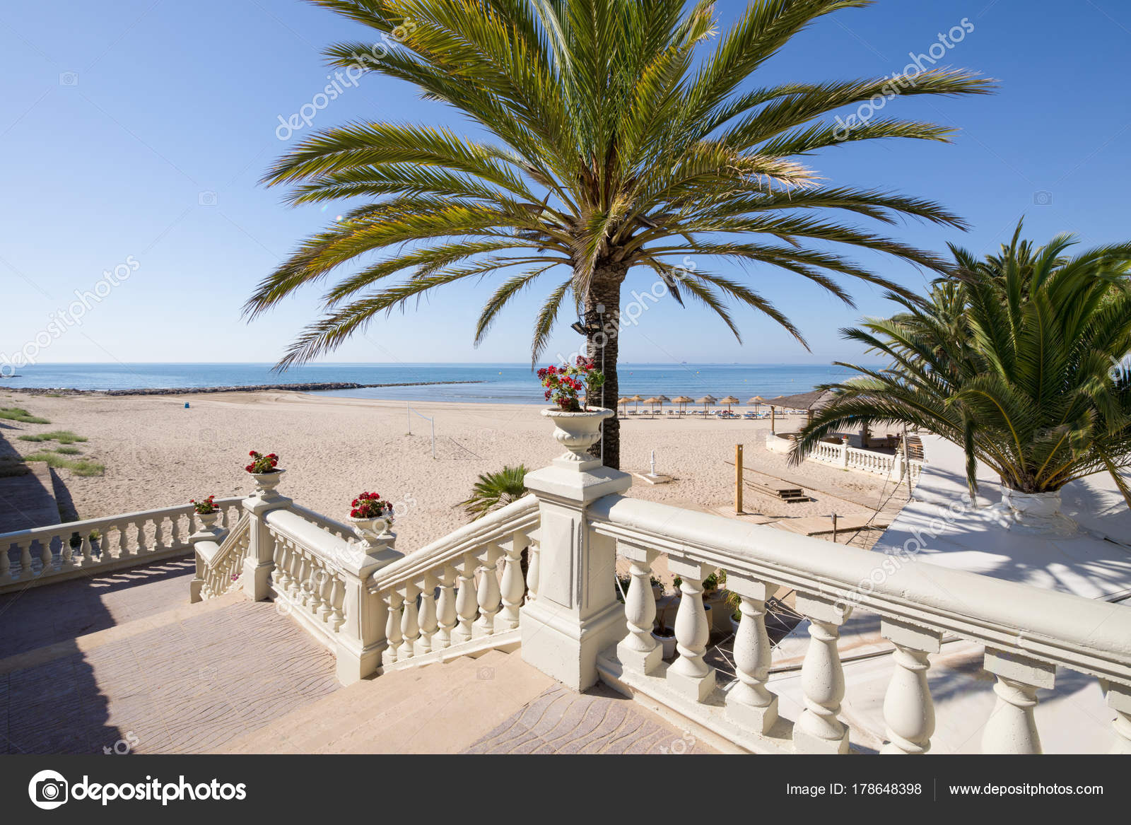 Toegang tot benicassim strand met palmbomen en trap horizontale
