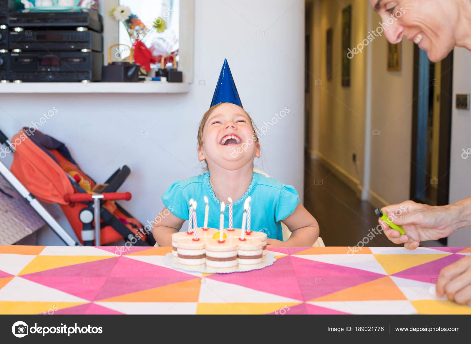 Kindje Met Verjaardag Taart Horselaughing Naast Vrouw Stockfoto