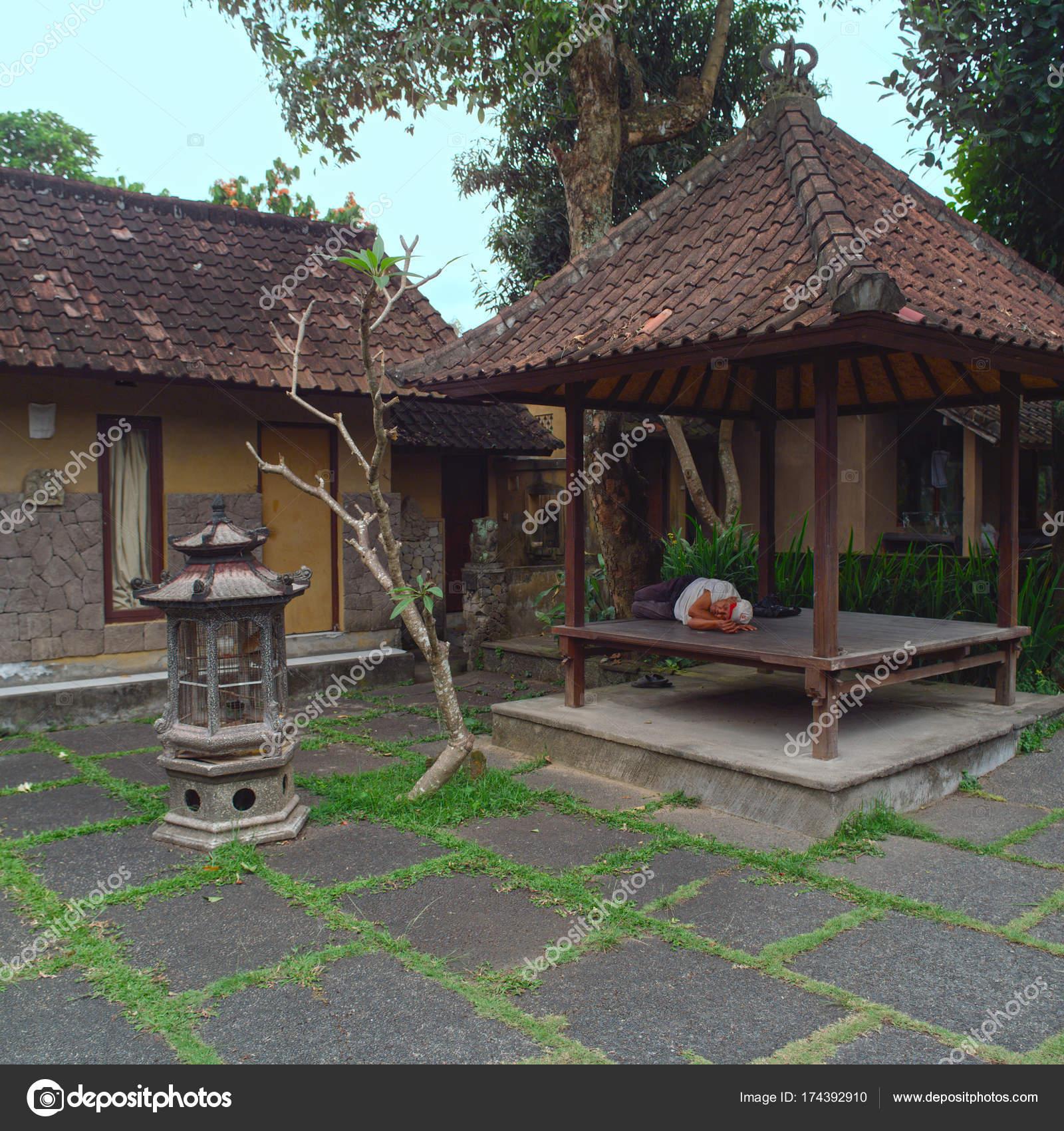 https://st3.depositphotos.com/1084918/17439/i/1600/depositphotos_174392910-stockafbeelding-ubud-gebied-van-bali-indonesi.jpg