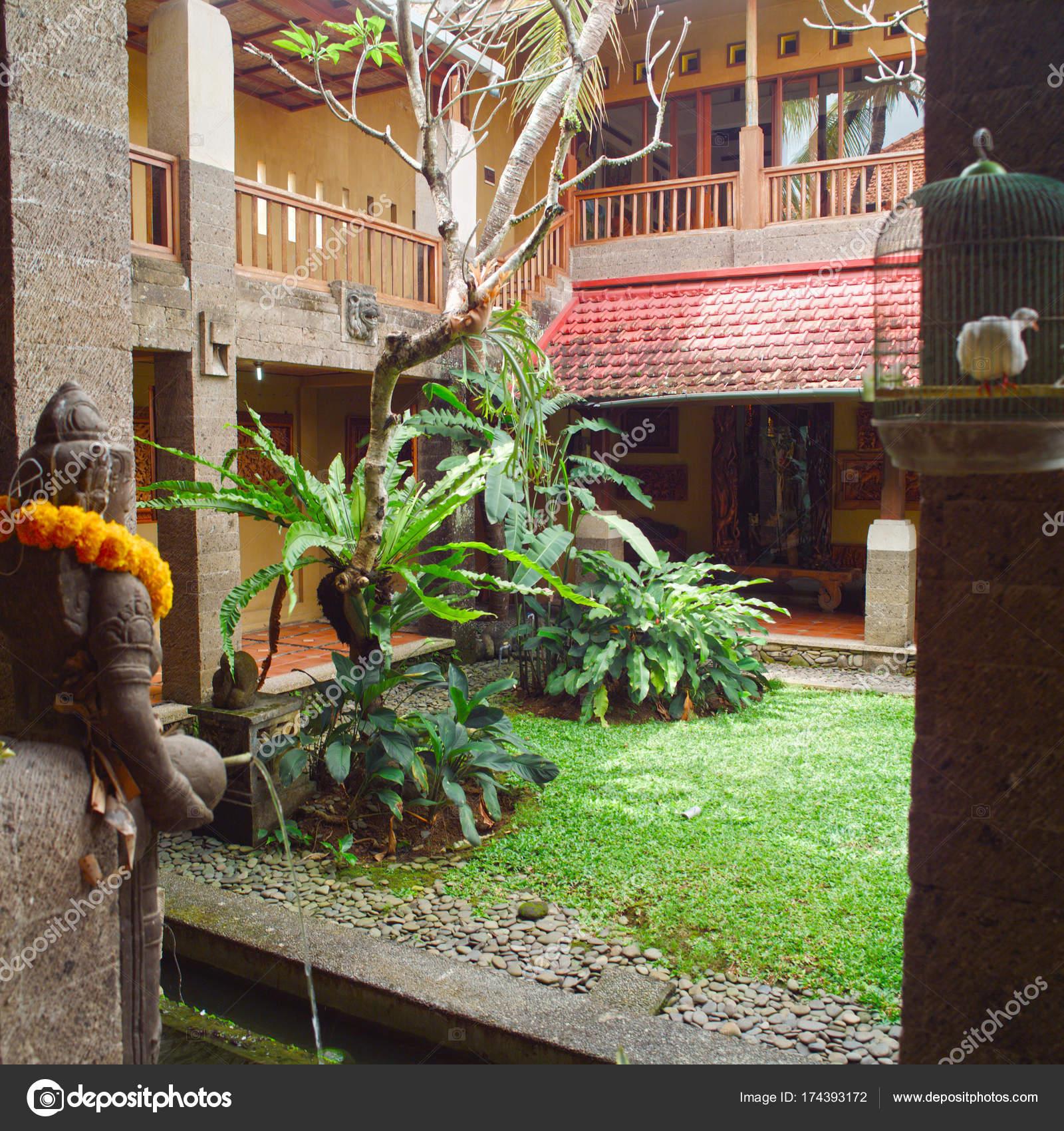 Fuente patio trasero dise o jardiner a foto de stock gromaler 174393172 - Disenos de jardineria ...