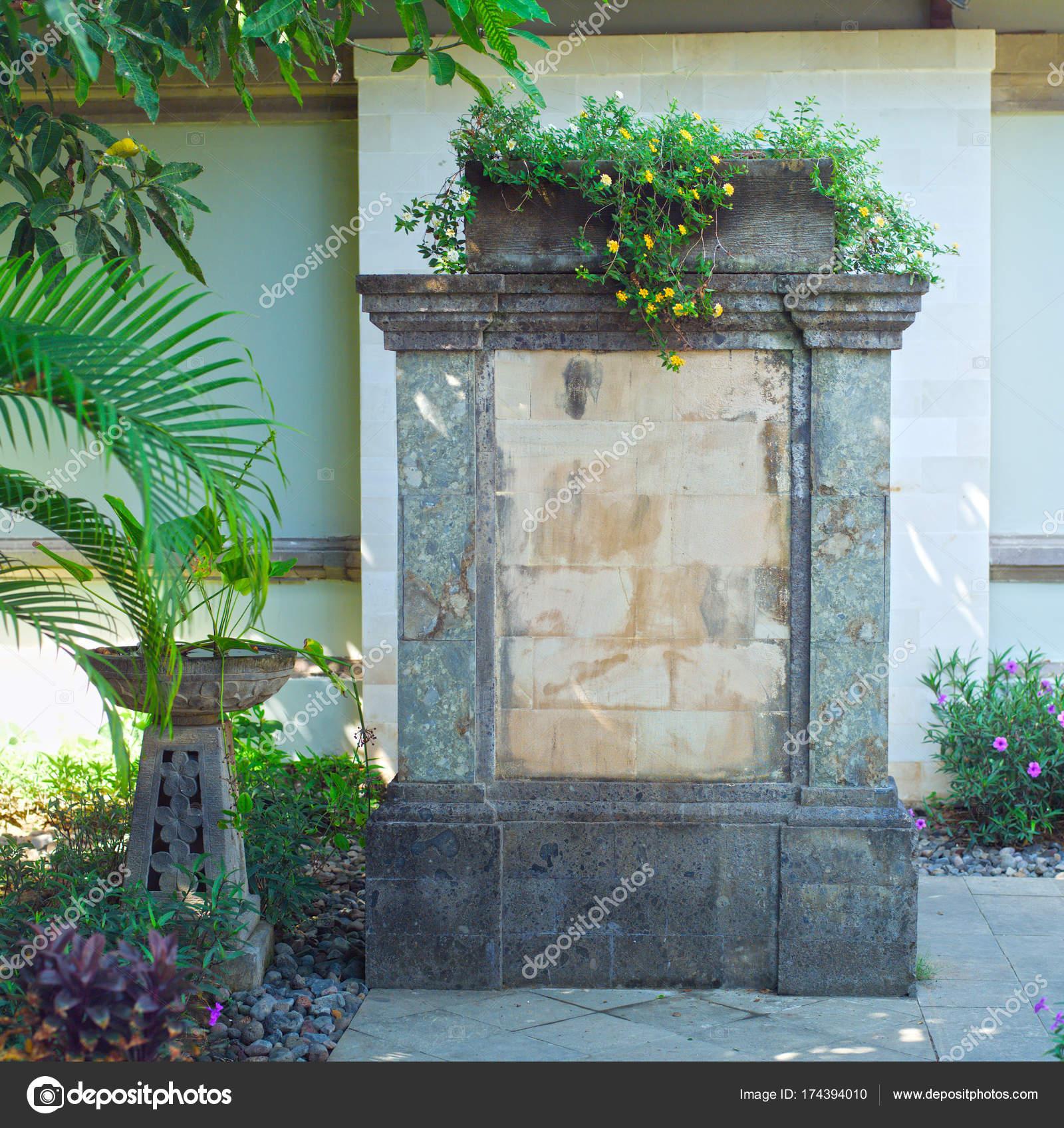 Brunnen Garten Garten Design Stockfoto C Gromaler 174394010
