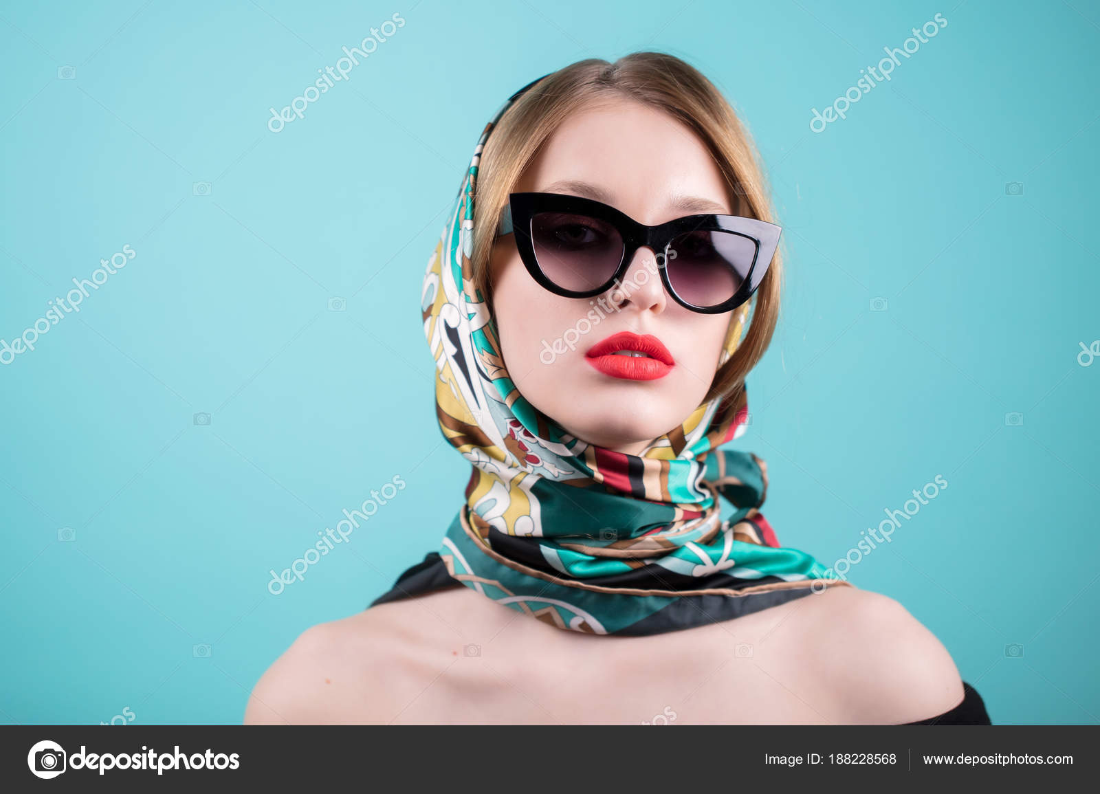 4e3fad567a09 Закрыть вверх выстрел стильный молодой женщины в очки и цветные шаль ...