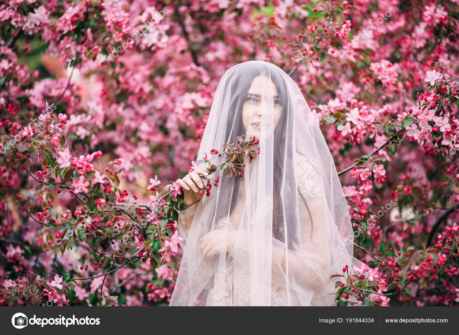muy hermosa niña la novia debajo de un vestido de novia velo ...