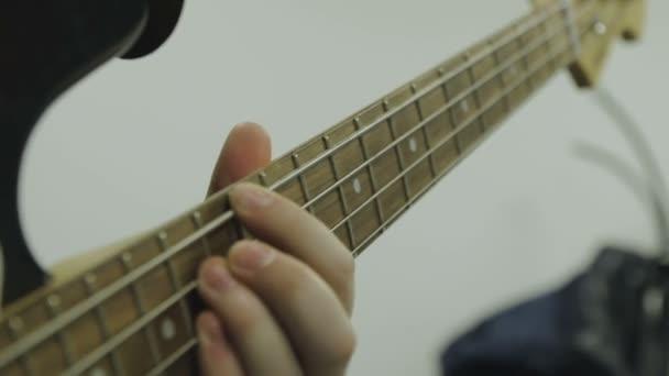 Ember játszik basszus gitár közelről
