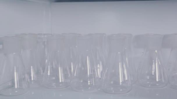 Skleněné zkumavky ve vědecké laboratoři.