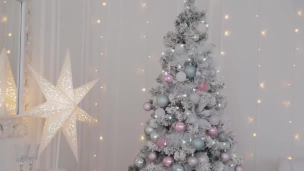 Gyönyörű karácsonyi dekoráció a stúdióban. Új év 2020.