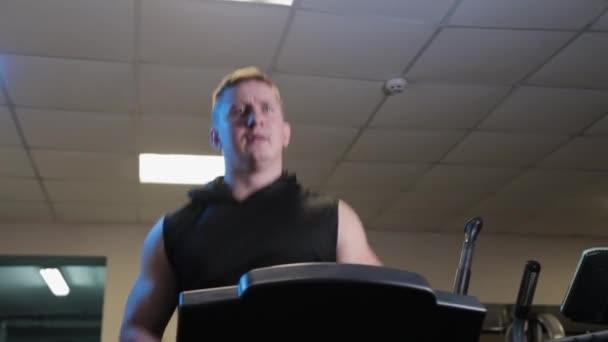 Profi sportoló tréning futópadon.
