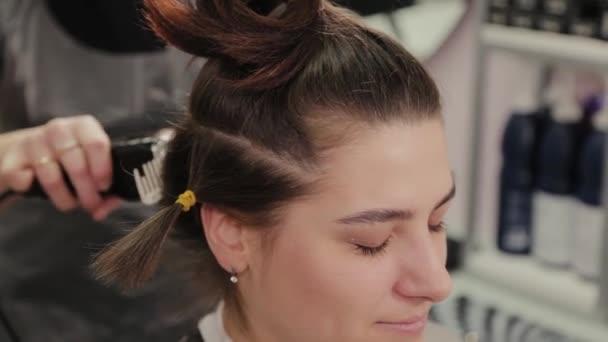 Profesionální kadeřnice žena stříhání vlasy na klienta s vlasy střihač.