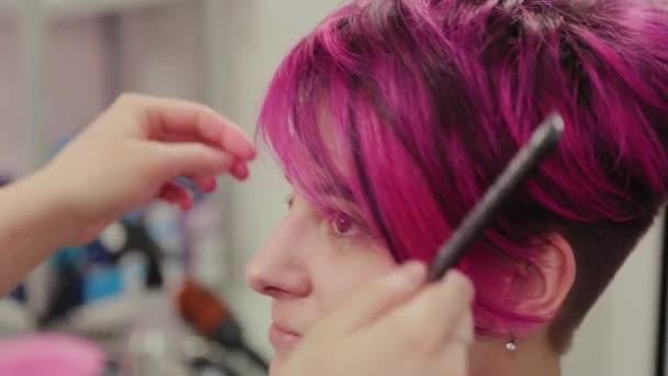Profesionální kadeřnice žena styling dívka po barvení vlasů.