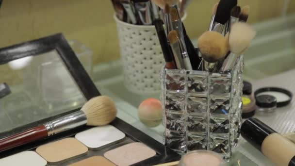 Profesionální make-up doplňky na stole.