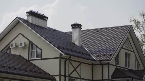 Krásná střecha dvoupatrového soukromého domu.
