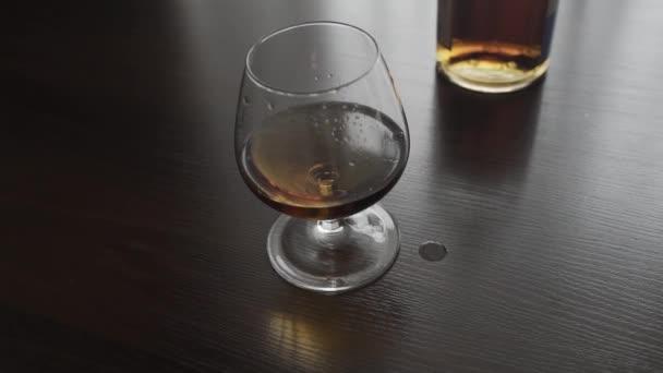 Egy pohár whisky sincs az asztalon..