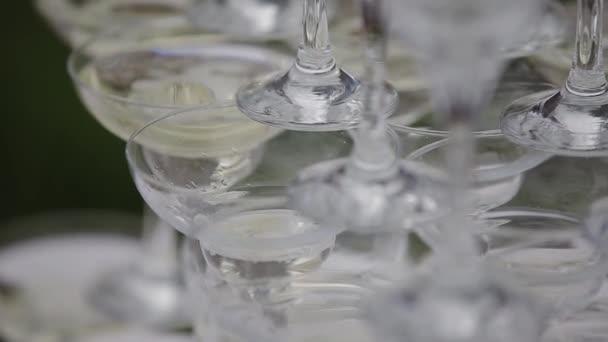 Krásná pyramida šampaňského na oslavě pro hosty.