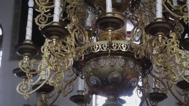 Nagy, gyönyörű bronz csillár a templomban.