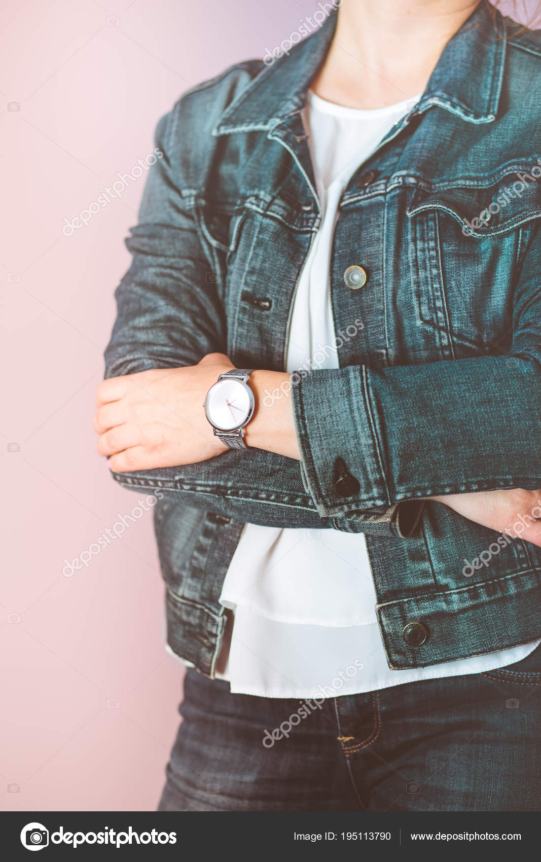 d05b7173ad8c Mujer que lleva pantalones vaqueros chaqueta y reloj de pulsera de ...