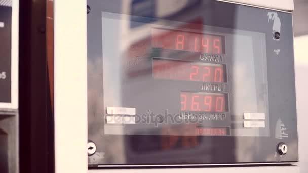 Anzeige für Benzin. Der Fahrer Pumpen Benzin an der Tankstelle in Russland. Closeup