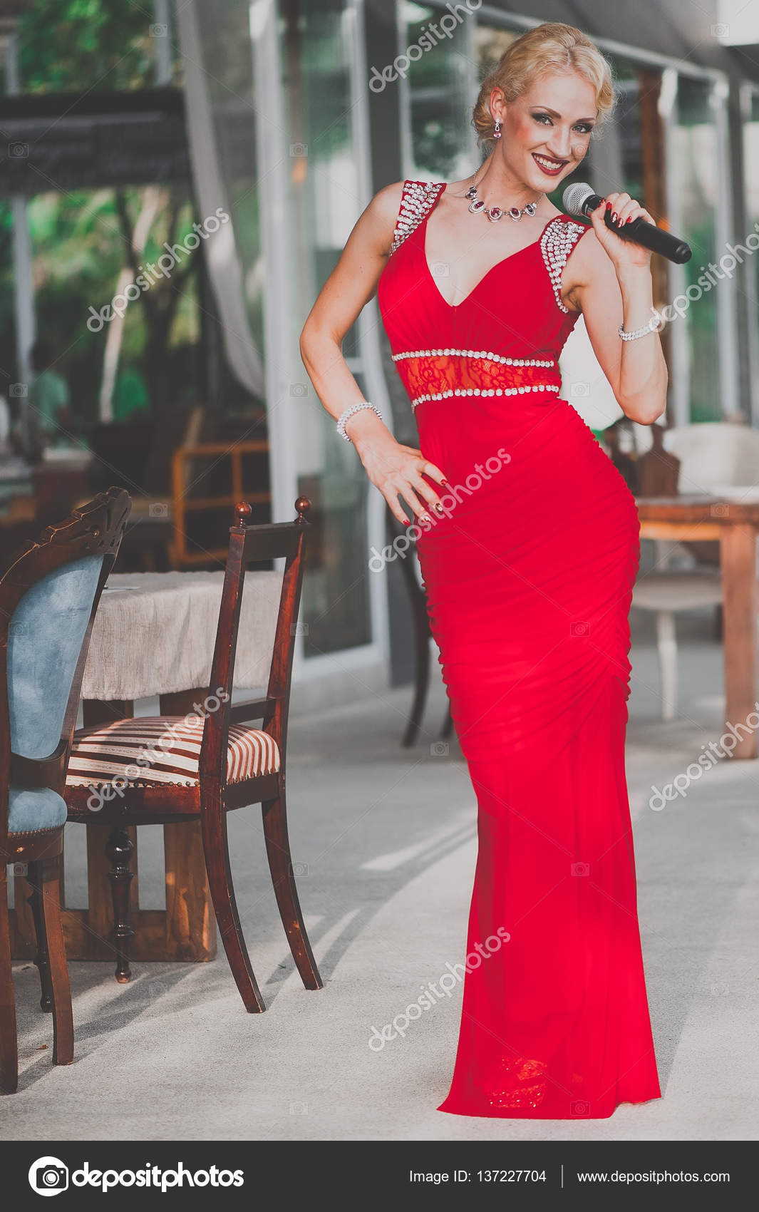 Певицы в красном платье