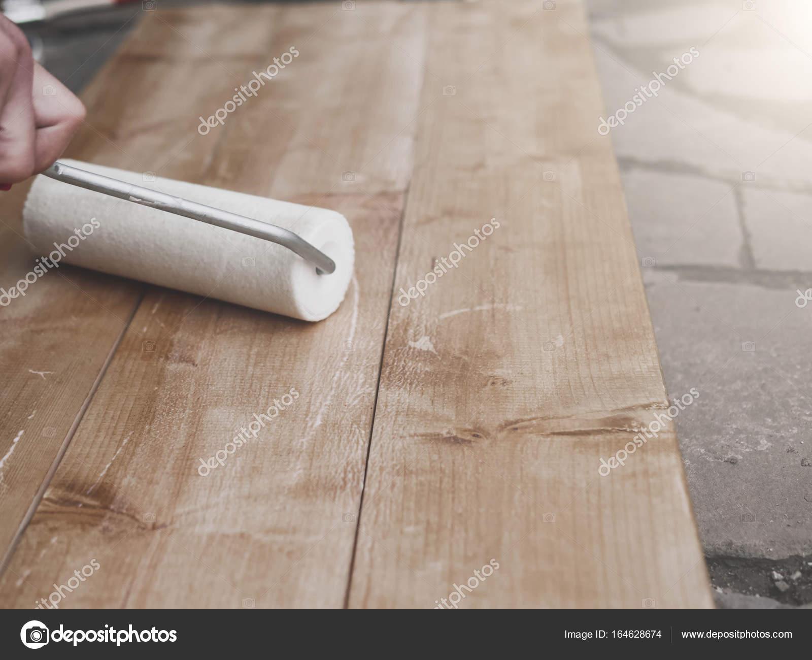 Muur Plank Voor Schilderijen.Close Up Van Man Schilderij Muur Met Roller Stockfoto