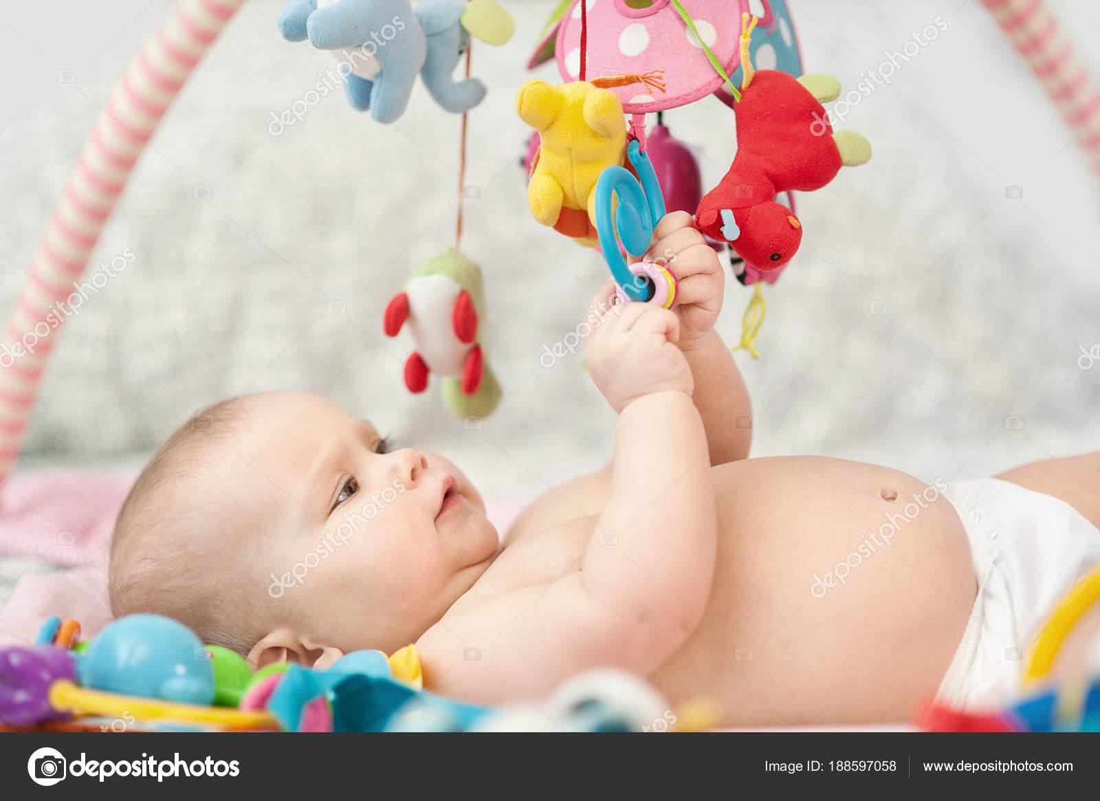 Dziecko Leżące Na Rozwijającym Się Dywan Odtwarzanie W