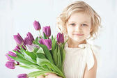 Fotografie girl holding tulips in hands